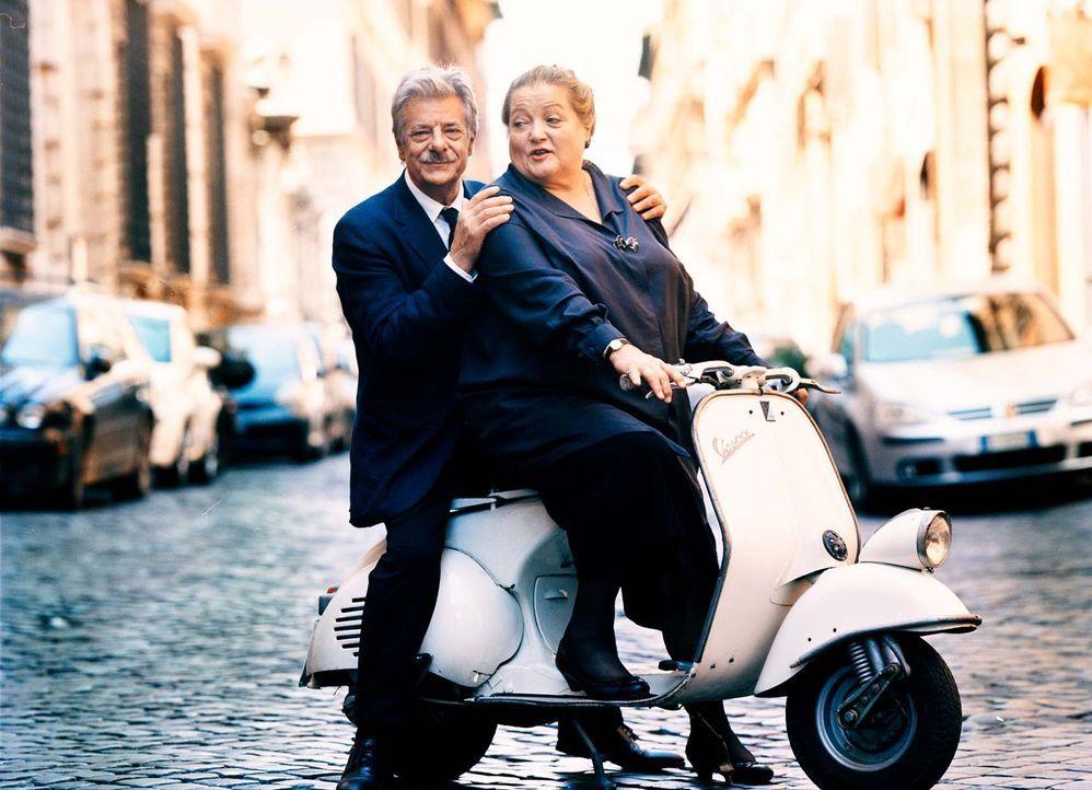 Eine Papstreise mit Nebenwirkungen: Marguerita (Marianne Sägebrecht, r.) und Lorenzo (Giancarlo Giannini, l.) ... - Bildquelle: Mathias Bothor Sperl Productions