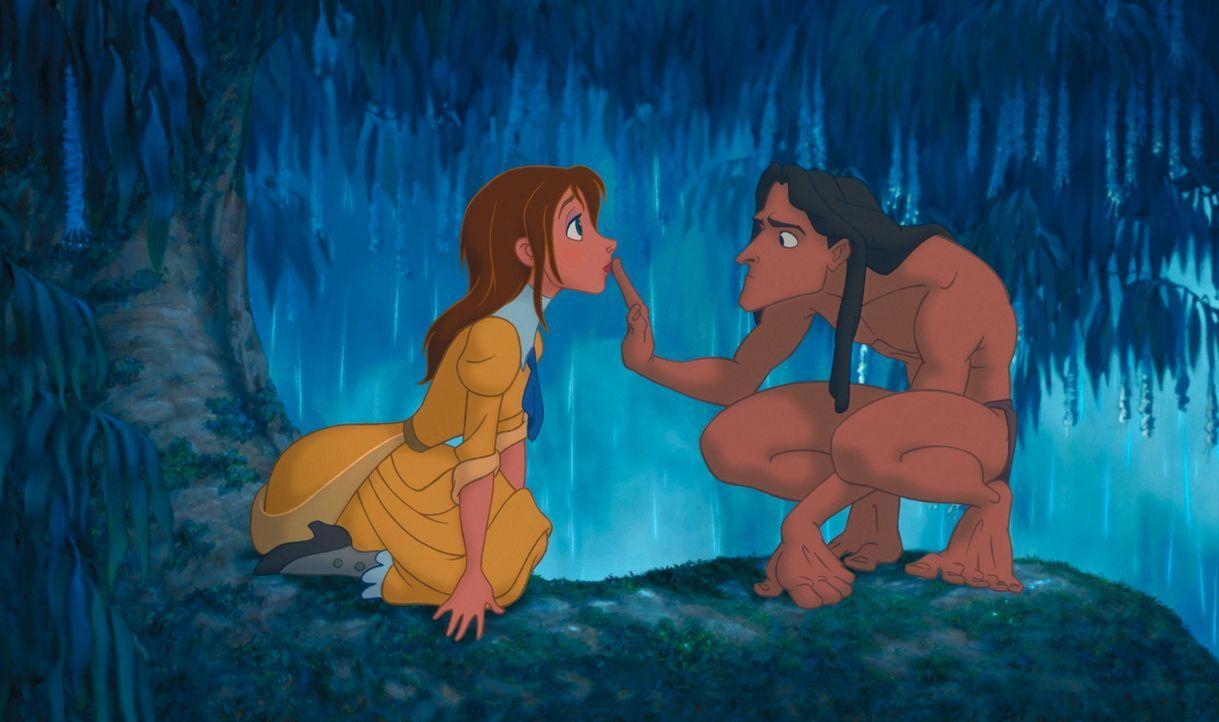Noch können sich Tarzan, r. und Jane, l. nicht verständigen, denn der Dschungelmensch spricht nur die Sprache der Affen ... - Bildquelle: Edgar Rice Burroughs Inc. and Disney