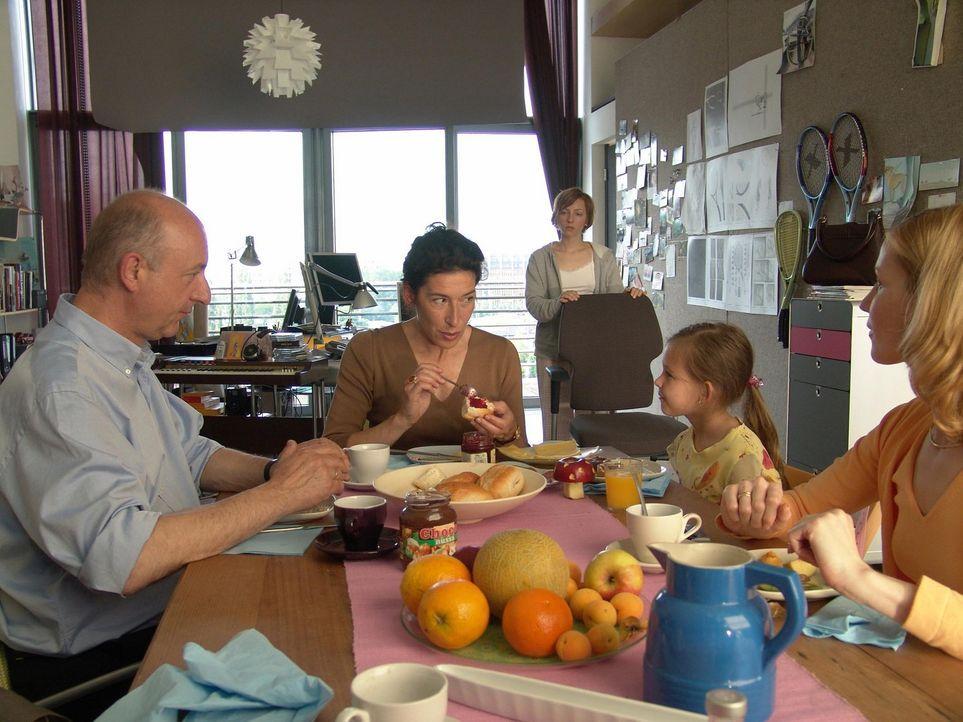Bereits nach kurzer Zeit erkennt Rebecca (Katharina Schüttler, hinten), dass es keineswegs einfach ist, als Mitglied der Familie aufgenommen zu werd... - Bildquelle: Volker Roloff ProSieben