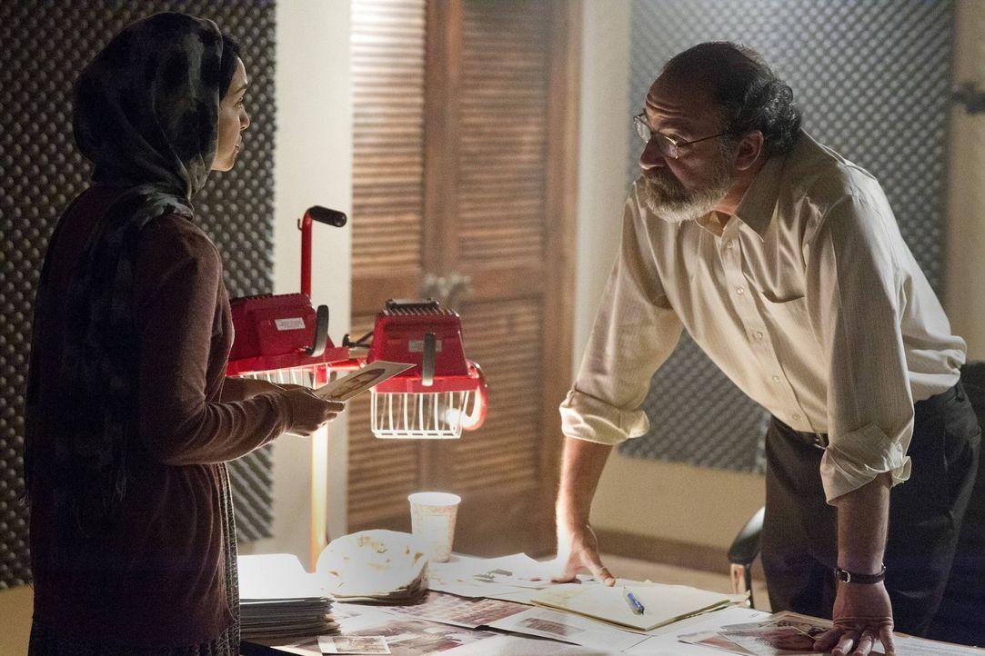 Nachdem Carrie von Javadis Leuten entführt wurde, versuchen Saul (Mandy Patinkin, r.) und Fara (Nazanin Boniad, l.) herauszufinden, wo Javadi sie ve... - Bildquelle: 2013 Twentieth Century Fox Film Corporation. All rights reserved.