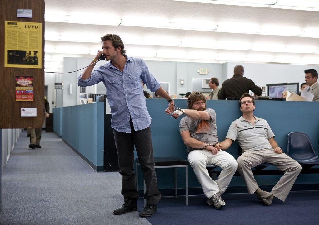 Eine Nacht, die sie nie vergessen werden: Phil (Bradley Cooper, l.), Stu (Ed Helms, r.) und Alan (Zach Galifianakis, M.) ... - Bildquelle: Warner Brothers