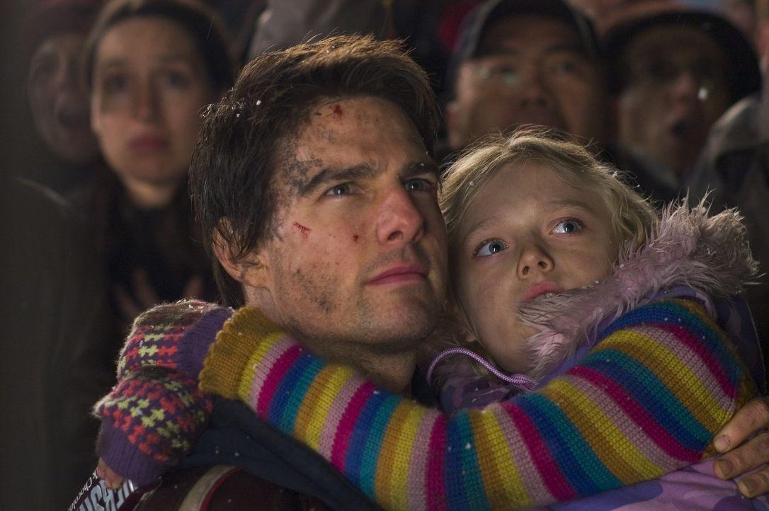 Mehr aus Pflichtbewusstsein als aus Liebe nimmt Ray Ferier (Tom Cruise, l.) an diesem Wochenende seine beiden Kinder (Dakota Fanning, r.) bei sich a... - Bildquelle: 2004 Paramount Pictures All Rights Reserved.