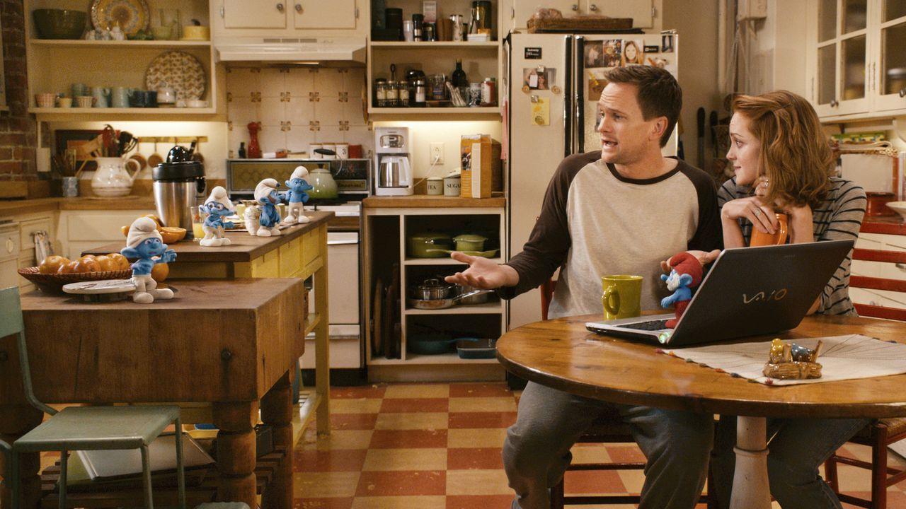 Patrick (Neil Patrick Harris, l.) und seine Frau Grace (Jayma Mays, r.) bekommen Besuch aus einer anderen Welt - die Schlümpfe haben sich auf ihrer... - Bildquelle: 2011 Columbia Pictures Industries, Inc. and Hemisphere - Culver Picture Partners I, LLC. All Rights Reserved.