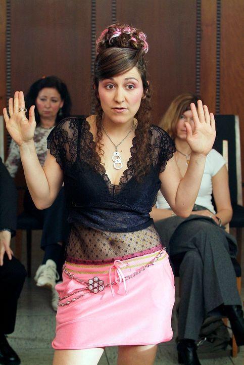 Wer vor Gericht erscheint, sollte zumindest auf ein gepflegtes Äußeres achten. Ist ja schließlich kein Swingerclub! (Shirin Soraya, M.) - Bildquelle: Guido Engels Sat.1