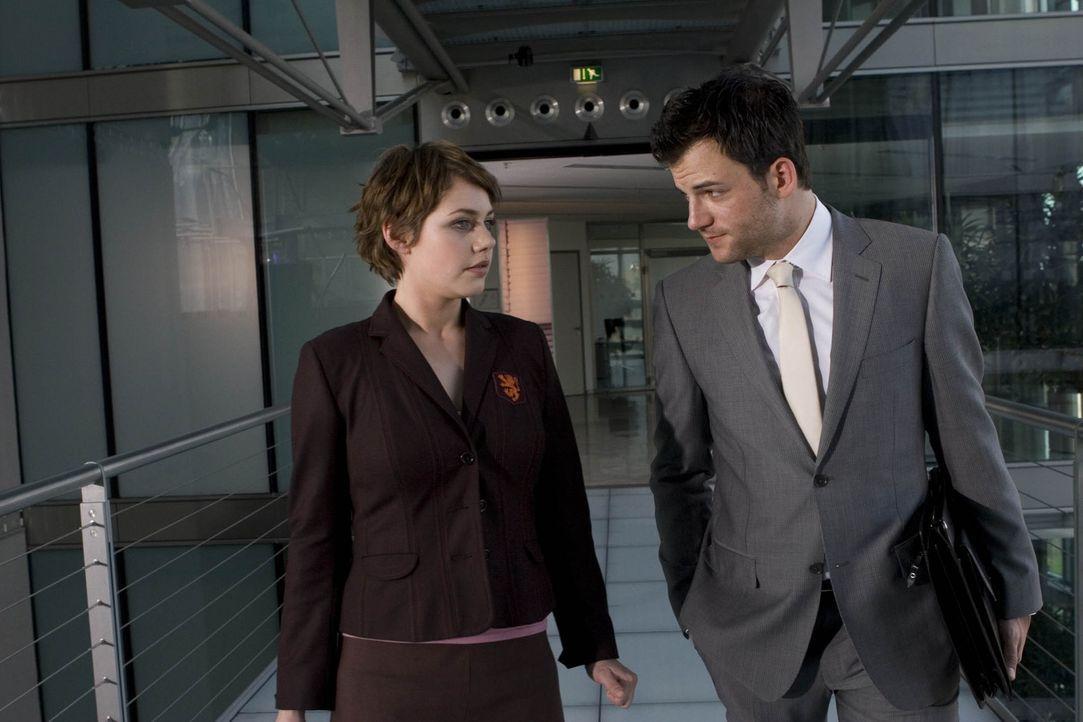 Als die Verkäuferin Sara (Felicitas Woll, l.) erfährt, dass ihre Filiale geschlossen werden soll, will sie in der Konzernzentrale mit dem Verantwort... - Bildquelle: Larry D Horricks ProSieben