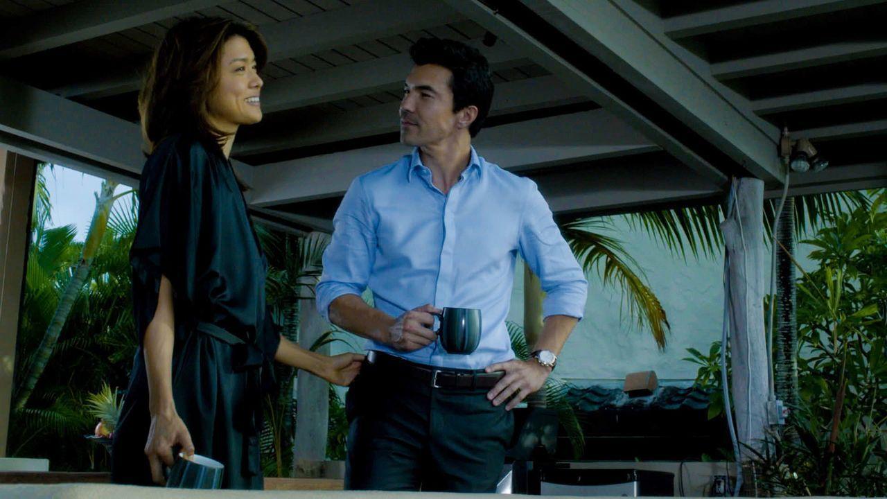 Kono (Grace Park, l.) gesteht Adam (Ian Anthony Dale, r.), dass sie sich aufgrund seiner ehemals korrupten Familien um ihre gemeinsame Zukunft sorgt... - Bildquelle: 2014 CBS Broadcasting Inc. All Rights Reserved.