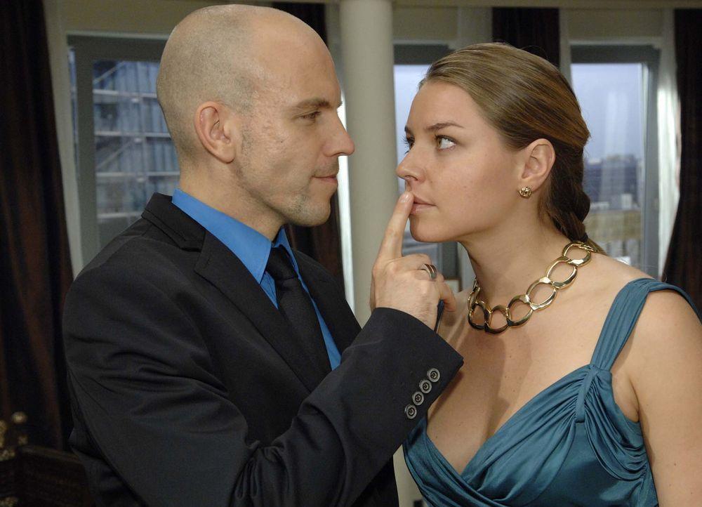 Gerrit (Lars Löllmann, l.) genießt es, Katja (Karolina Lodyga, r.) mit teuren Geschenken zu verwöhnen ... - Bildquelle: Sat.1