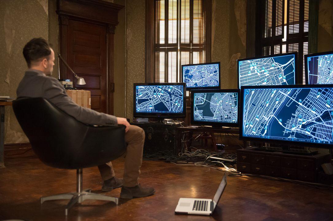 Als der Fahrer eines Unternehmens für Mitfahrgelegenheiten von einem Taxifahrer offensichtlich mit Absicht überfahren wird, nehmen Holmes (Jonny Lee... - Bildquelle: CBS Television