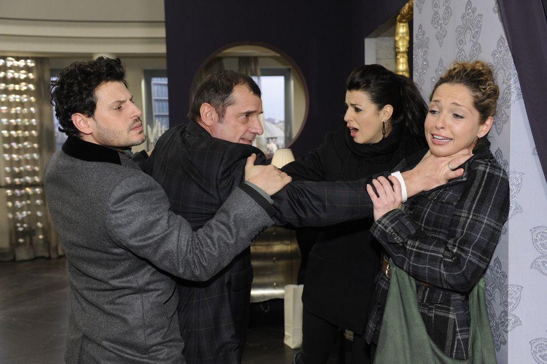 Luca (Manuel Cortez, l.) und Carla (Sarah Mühlhause, r.) eilen zur Hilfe, um Nina (Maria Wedig, r.) aus Lindenbergs (Joachim Nimtz, 2.v.l.) Händen... - Bildquelle: SAT.1