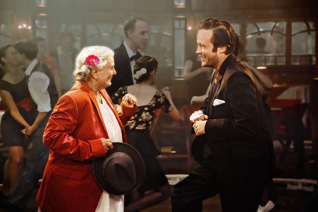 Klaus (August Diehl, r.) und sein Mitbewohner Sascha kümmern sich um die 87-jährige Ella (Ruth Maria Kubitschek, l.), nachdem Sascha sie aus dem Kra... - Bildquelle: 2016 Warner Brothers.