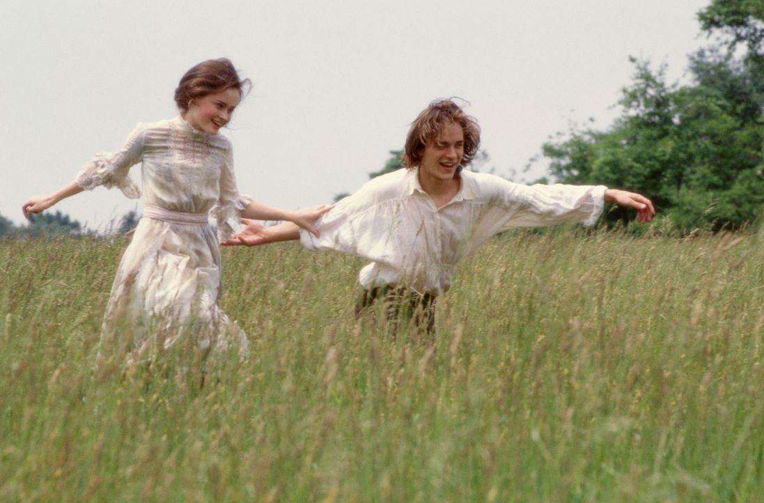 Wird ihre Liebe in Ewigkeit halten? Winnie Foster (Alexis Bledel, l) und Jesse Tuck (Jonathan Jackson, r.) ... - Bildquelle: Ron Phillips Disney Enterprises, Inc.