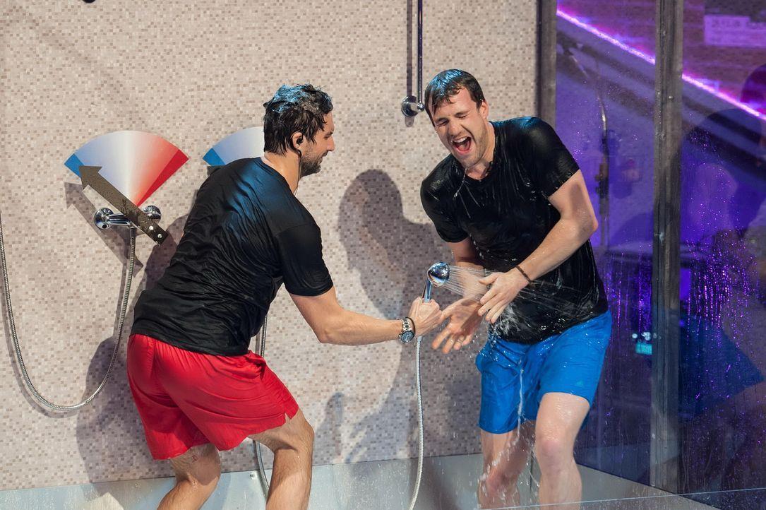Dusche gefällig? Bei Witzbold Luke (r.) wird's dieses Mal nicht nur witzig, sondern auch ziemlich nass. Gemeinsam mit Musiker und Schauspieler Tom B... - Bildquelle: SAT.1
