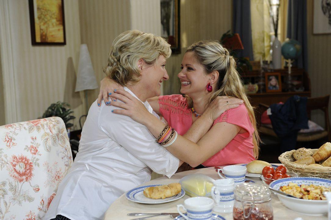 Mia (Josephine Schmidt, r.) ist glücklich, eine neue Familie gefunden zu haben und lässt Susanne (Heike Jonca, l.) ihre Freude spüren ... - Bildquelle: SAT.1