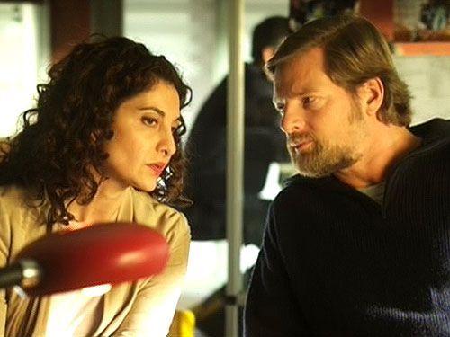 Tanja (Proschat Madani) rät Mick (Henning Baum), die Tatverdächtige Silke nicht in Untersuchungshaft zu stecken. - Bildquelle: Sat1