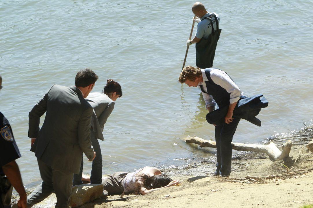 Kurz nachdem am Ufer des Sacramento River die Leiche einer ermordeten Frau gefunden wird, erfährt Patrick (Simon Baker, r.), dass sich seine offenb... - Bildquelle: Warner Bros. Television