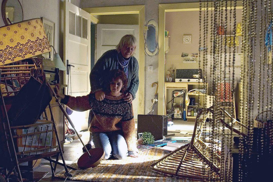 Mandy (Felicitas Woll, vorne) bricht völlig zusammen, als sie in ihre verwüstete Wohnung zurückkehrt und ihr Kind verschwunden ist. Nachbarin Kar... - Bildquelle: Dirk Plamböck Sat.1