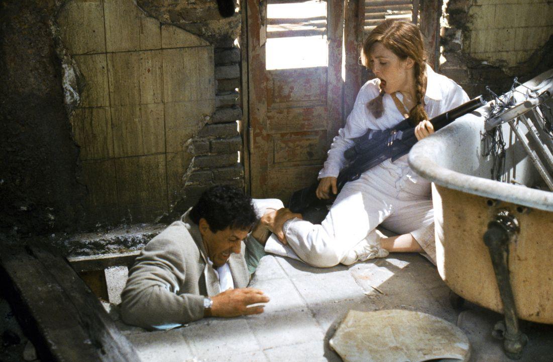 Robert Rath (Sylvester Stallone, l.) soll Computerexpertin Electra (Julianne Moore, r.) eliminieren und eine Diskette mit wichtigem Geheimmaterial a... - Bildquelle: Warner Bros. Television