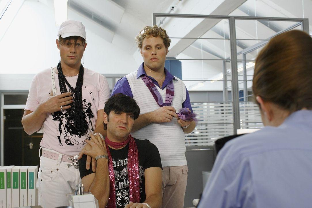 Verzweifelt erscheinen die drei schwulen Paradiesvögel Bodo, Jonas und David im Polizeirevier, um eine Vermisstenanzeige aufzugeben: Davids Flocki... - Bildquelle: Sat.1