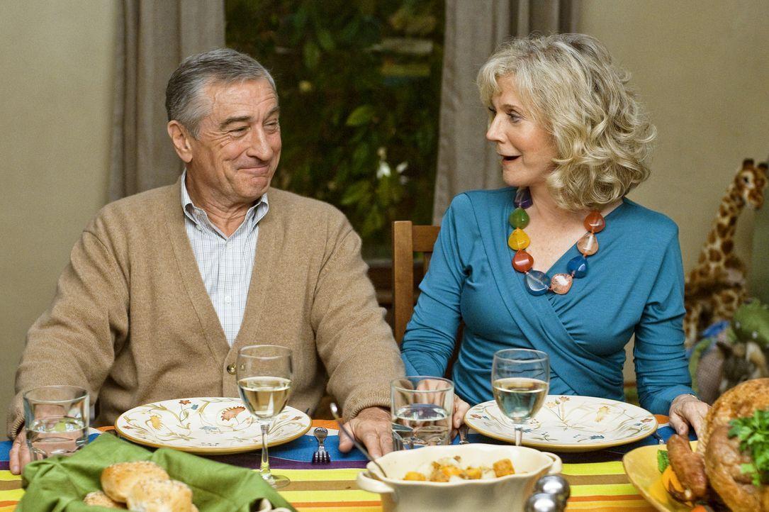 Als gute Großeltern wollen Jack (Robert De Niro, l.) und Dina (Blythe Danner, r.) natürlich nur das Beste für ihre Enkelkinder und auch so viel Z... - Bildquelle: Glen Wilson 2010 Universal Studios & DW Studios LLC