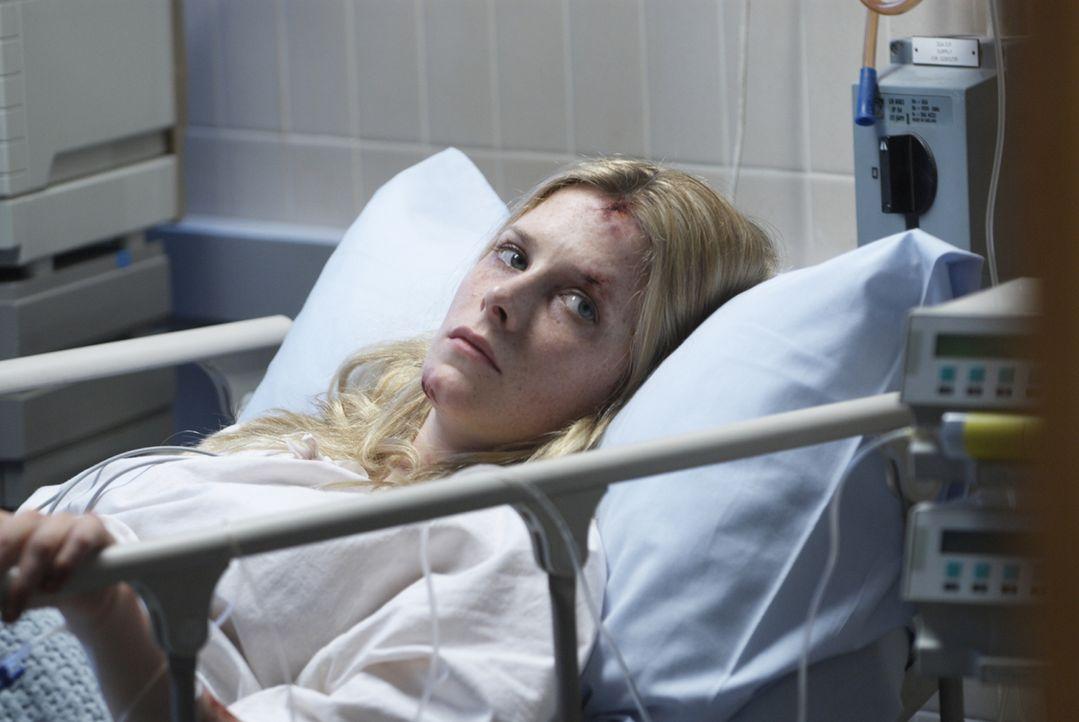 Sarah (Shauna MacDonald) kehrt als einzige Überlebende von einer Höhlentour zurück. Sie ist schwer traumatisiert und ohne Erinnerung. Deshalb wird s... - Bildquelle: Licensed by Square One Entertainment GmbH & Co.KG