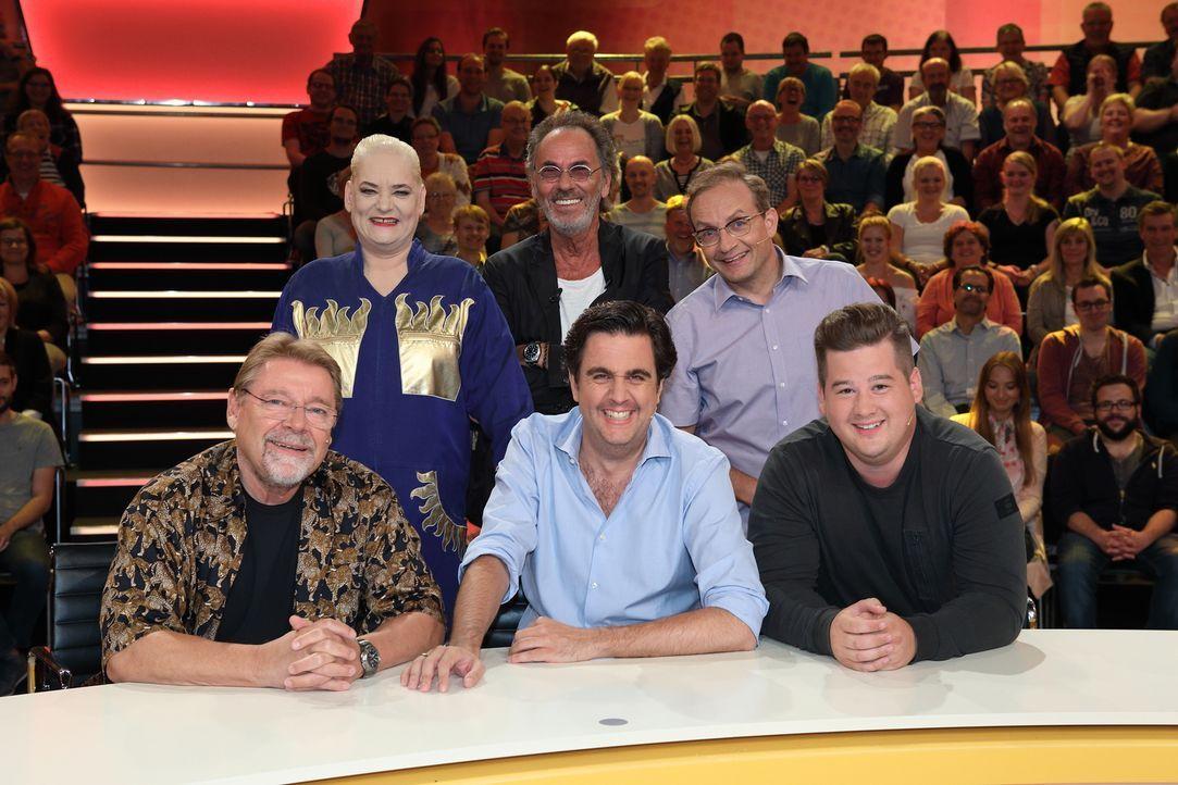 Auch dieses Mal heißt es für das Rateteam, skurrile und witzige Fragen der Zuschauer zu beantworten, die Hugo Egon Balder (M. hinten) ihnen stellt:... - Bildquelle: Frank Hempel SAT.1