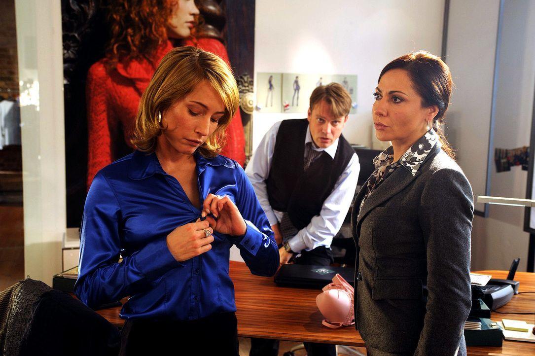 Verena (Simone Thomalla, r.) erwischt ihren Mann Christian (Pierre Besson, M.) mit der Anwältin Claudia (Florentine Lahme, l.) - Bildquelle: Hardy Spitz Sat.1