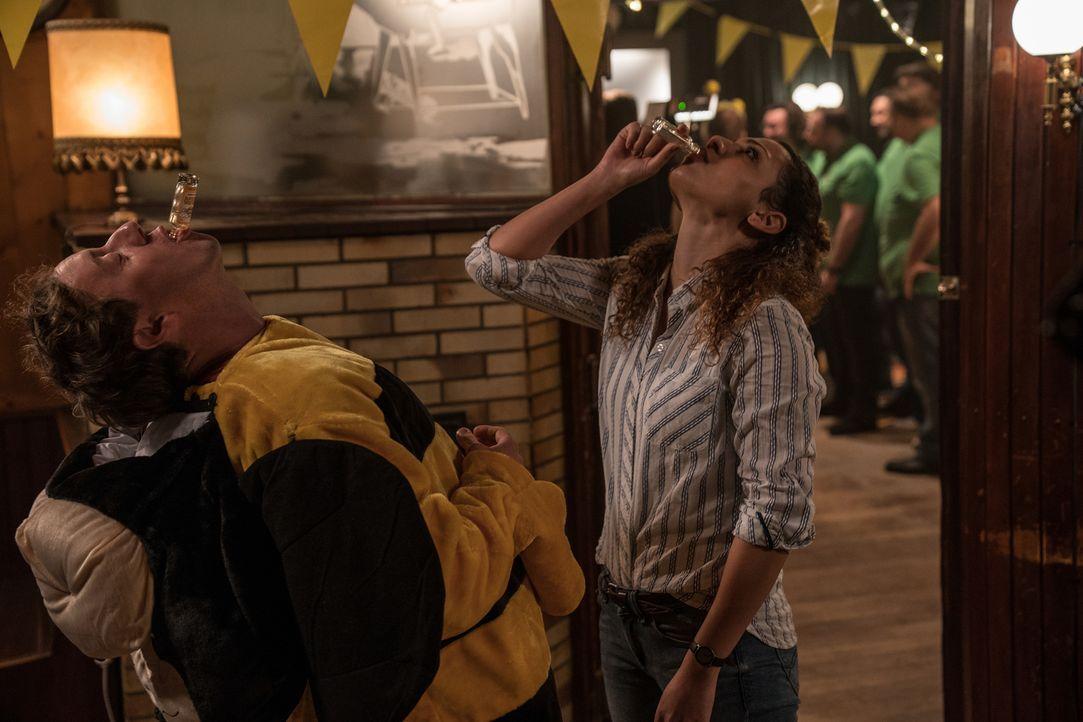 Die Feierlaune vergeht den beiden Bochumer Kriminalpolizisten Kirsten (Haley Louise Jones, r.) und Andreas (Jesse Albert, l.) schnell, als ein Gast... - Bildquelle: Wolfgang Ennenbach SAT.1