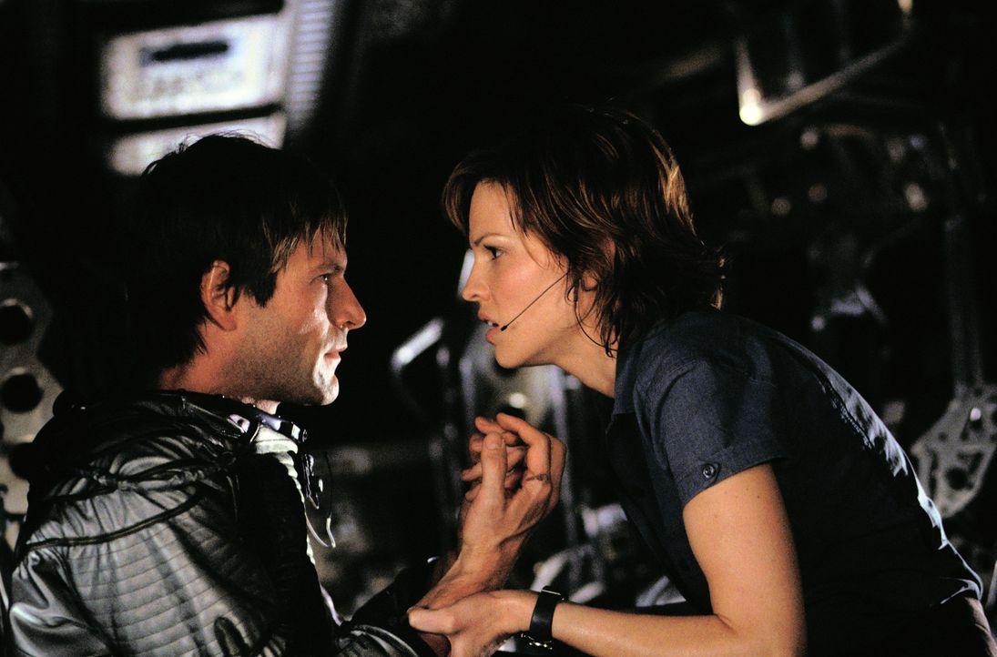 """Wagen das schier Unmögliche: """"Beck"""" Childs (Hilary Swanks, r.) und Dr. Josh Keyes (Aaron Eckhart, l.) ... - Bildquelle: TM & Copyright   2003 by Paramount Pictures. All Rights Reserved."""