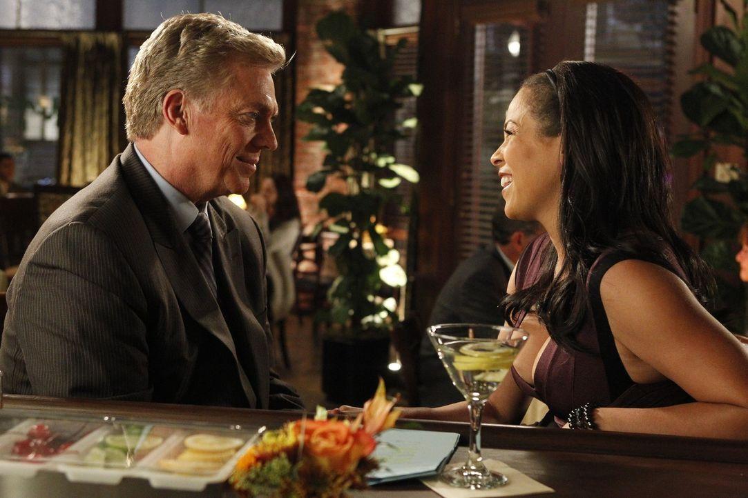 Tommy Jefferson (Christopher McDonald, l.) genießt seinen Feierabend mit Barbara (Daphne Duplaix, r.) ... - Bildquelle: Warner Bros. Television