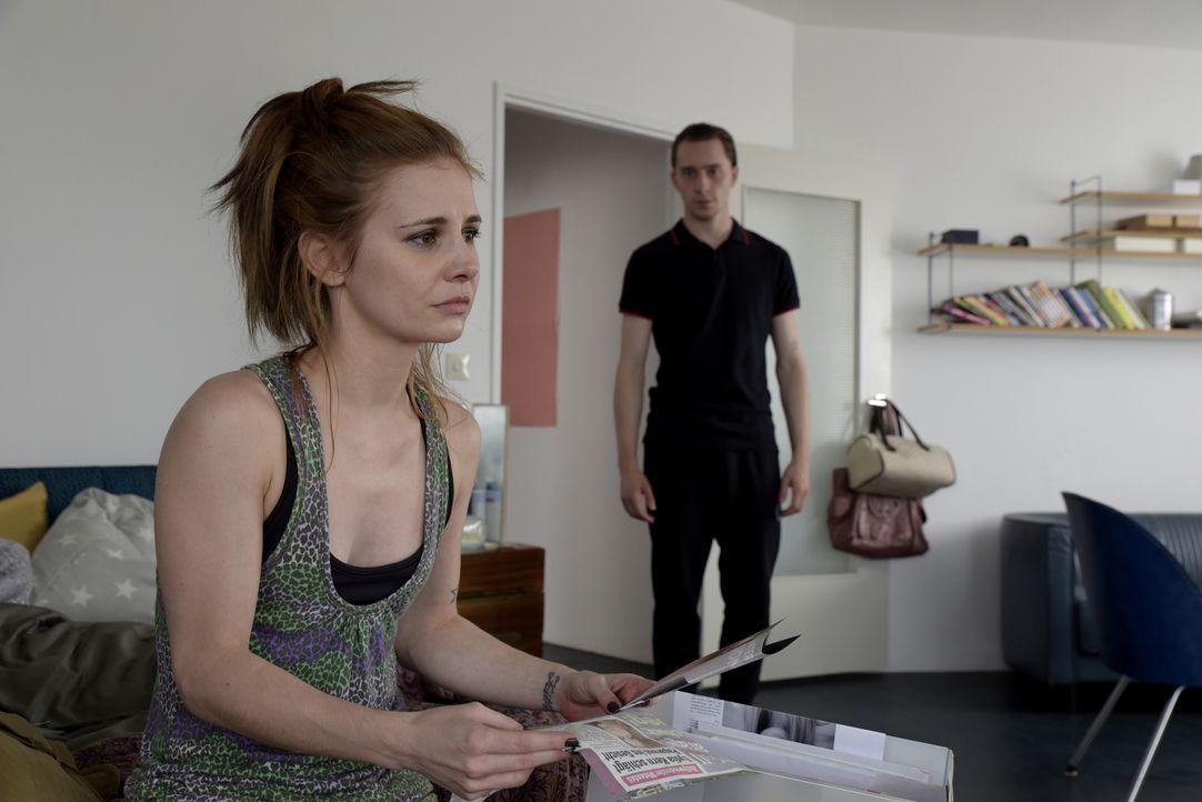 Auch Lydia (Josefine Preuß, l.) und ihr Freund Karl (Jonathan Berlin, r.) haben nur Eines im Sinn: Nora vorzugaukeln, dass sie ihre Tochter Jella in... - Bildquelle: Christiane Pausch SAT.1
