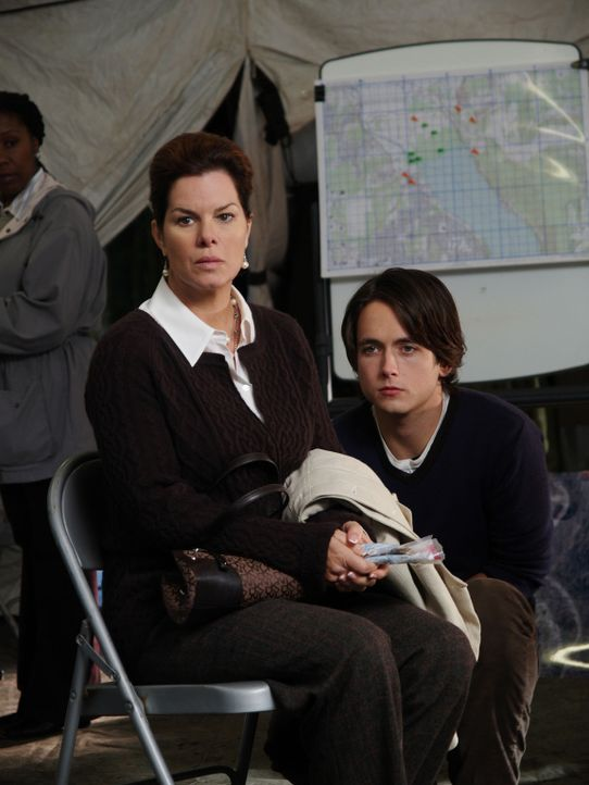 Ahnt nicht in welchem Zustand ihr Sohn Nick (Canuck Justin Chatwin, r.) sich befindet: Diane Powell (Marcia Gay Harden, l.) ... - Bildquelle: Hollywood Pictures & Spyglass Entertainment.  All rights reserved
