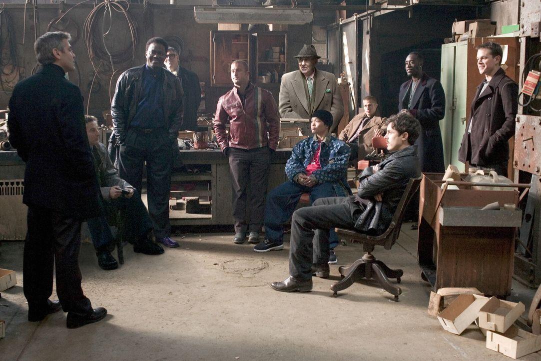 Planen ein neues Ding: Danny (George Clooney, l.), Turk (Scott Caan, 5.v.l.), Yen (Shaobo Qin, 5.v.r.), Frank (Bernie Mac, 3.v.l.), Basher (Don Chea... - Bildquelle: Warner Bros. Television