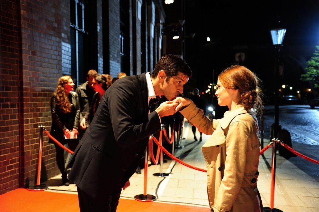 Dass ihr mit dem reichen Reeder-Sohn Paul Ingwersen (Pasquale Aleardi, l.) ausgerechnet ein zukünftiger Prinz über den Weg läuft, ahnt Lissie (Je... - Bildquelle: Christiane Pausch SAT.1