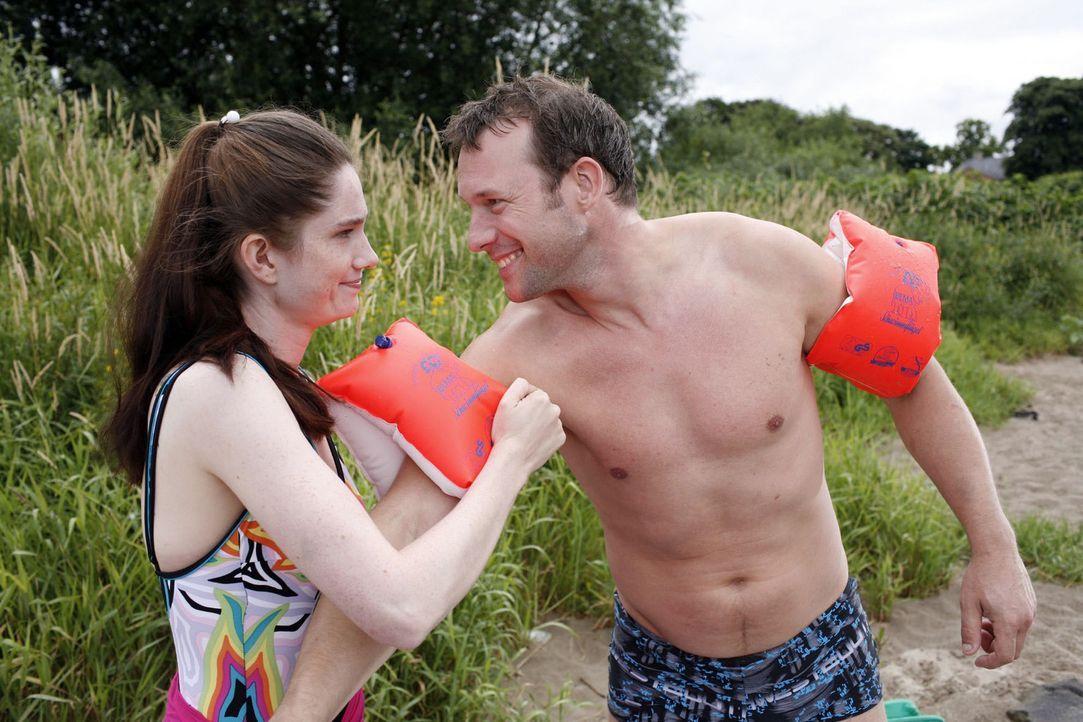 Natürlich sollte eine Frau (Emily Wood, l.) ihren Ehemann (Hanno Friedrich, r.) bei einem sportlichen Wettkampf unterstützen. Das motiviert ihn ni... - Bildquelle: Sat.1
