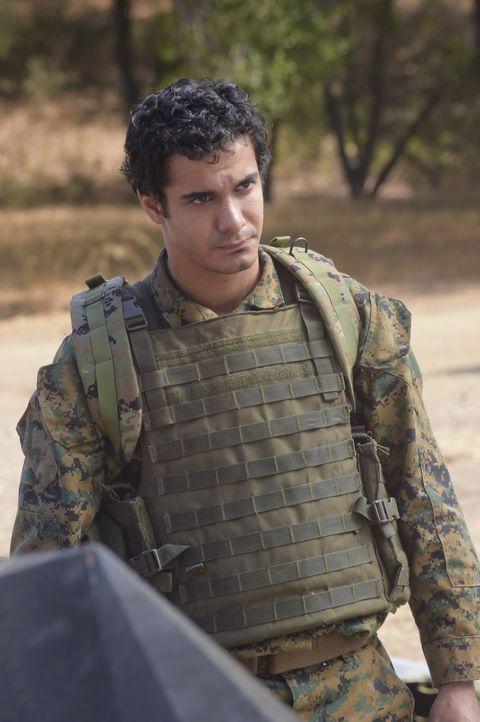 Wie wird sich Walter (Elyes Gabel) im Kriegsgebiet schlagen? - Bildquelle: Ron Jaffe 2014 CBS Broadcasting, Inc. All Rights Reserved