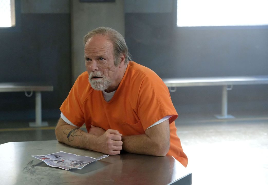 Weil die LAPD Ermittler davon ausgehen, dass Riggs' Vater Nathan (Rex Linn) Informationen zur Klärung des Entführungsfalls liefern könnte, sind sie... - Bildquelle: Warner Brothers