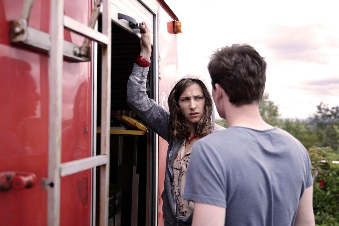 Eigentlich wollte Simon (Florian Bartholomäi, r.) nur die von der Food-Truckerin Lea (Natalia Belitzki, l.) gestohlene Formel zurückklauen, doch dan... - Bildquelle: Michael Colella SAT.1