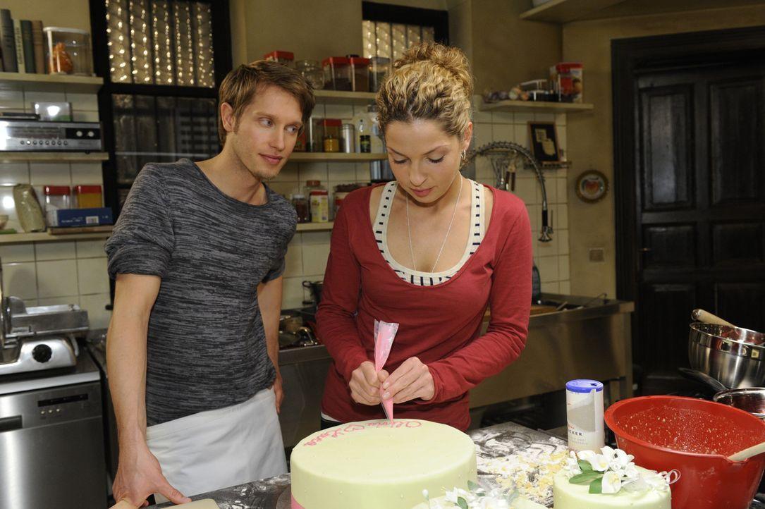Nina (Maria Wedig, r.) versichert Jojo (Bernhard Bozian, l.), dass seine Eifersucht Luca gegenüber unbegründet ist. So einfach lässt er sich aber... - Bildquelle: SAT.1