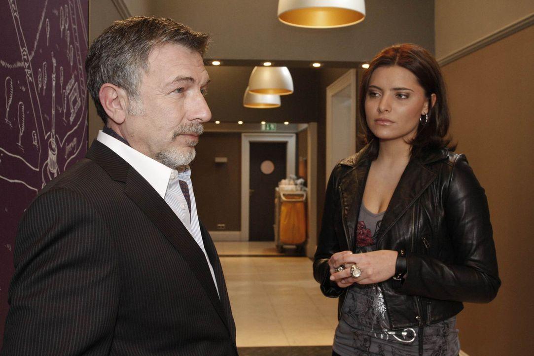 """Chris (Sophia Thomalla, r.) ist durch die Ansage ihres Vaters (Michele Oliveri, l.) dazu gezwungen, das """"Aden"""" zu verlassen - doch nicht kampflos. S... - Bildquelle: SAT.1"""