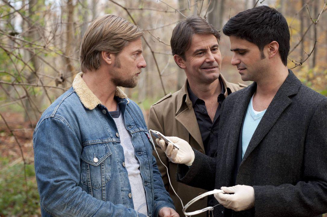 Als Mick (Henning Baum, l.), Andreas (Maximilian Grill, r.) und Meisner (Robert Lohr, M.) die Tatwaffe finden, einen MP3-Player, fällt der Verdacht... - Bildquelle: SAT.1