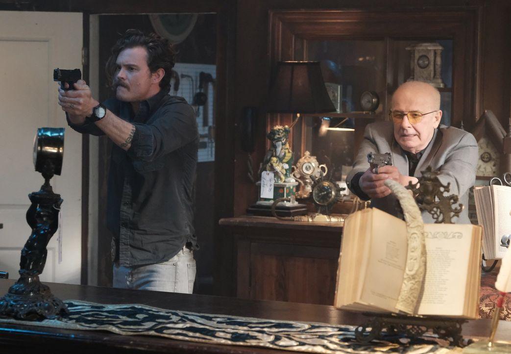 Wurde Kelso (Jude Ciccolella, r.) eine Falle gestellt und ihm der Mord angehängt oder möchte er Riggs (Clayne Crawford, l.) auf eine falsche Fährte... - Bildquelle: Warner Brothers