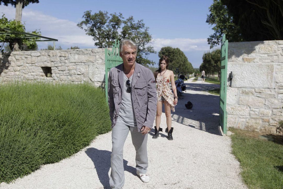 Erst viel zu spät erkennt Manuel (Christoph M. Ohrt, l.), dass Maniche (Xenia Georgia Assenza, r.) ganz bewusst seine Nähe gesucht hat ... - Bildquelle: Janez Stucin SAT.1