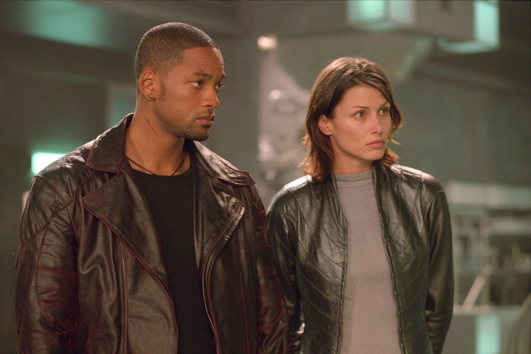 Im Visier einer Robotergeneration, die nichts Gutes im Schilde führt: Detective Del Spooner (Will Smith, l.) und Psychologin Dr. Susan Calvin (Bridg... - Bildquelle: 2004 Twentieth Century Fox Film Corporation. All rights reserved.