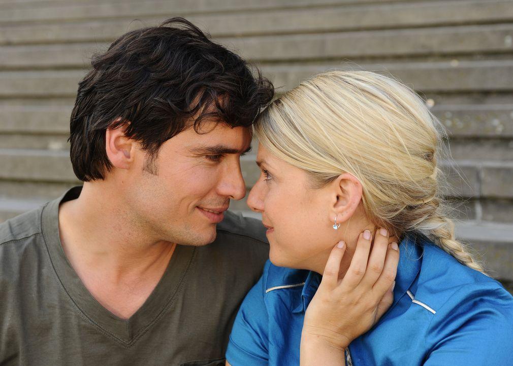 Alexander (Paul Grasshoff, l.) macht Jonas überaus deutlich, dass Anna (Jeanette Biedermann, r.) zu ihm gehört - und überrascht die liebenswerte... - Bildquelle: Sat.1