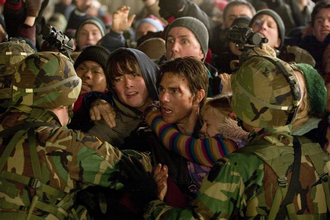 An einem herbstlichen Nachmittag wird der Erde der Krieg erklärt. Kranfahrer Ray (Tom Cruise, M. r.) und seine zwei Kinder (Justin Chatwin, M. l.)... - Bildquelle: 2004 Paramount Pictures All Rights Reserved.