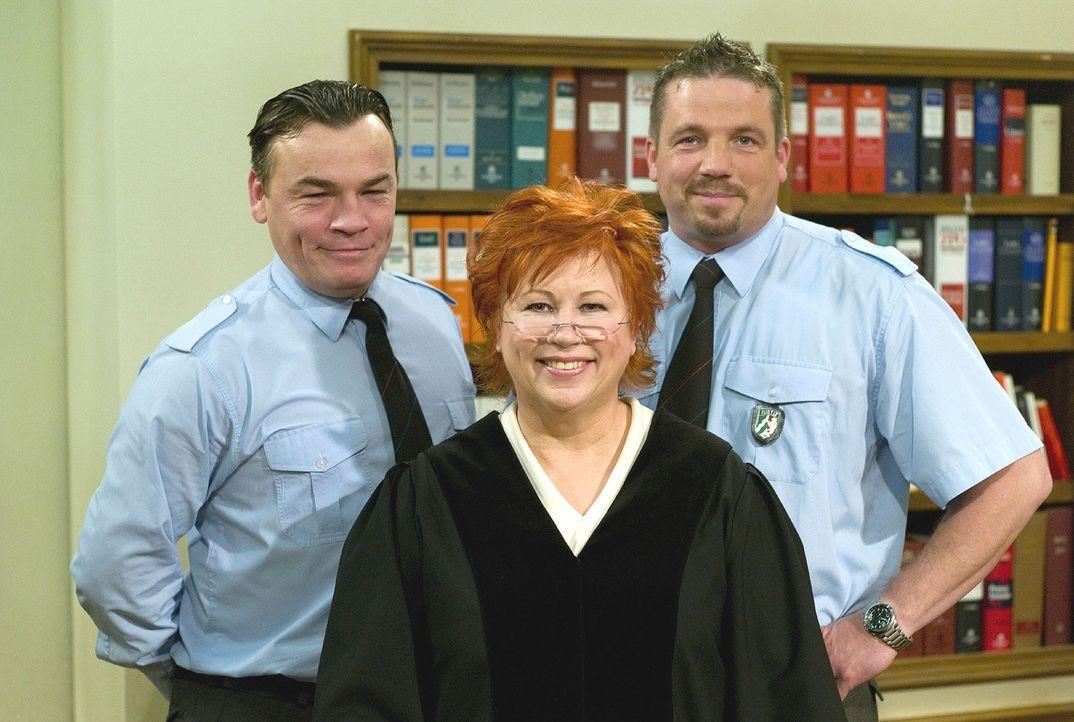 Richterin Barbara Salesch (M.), flankiert von dem Pförtner Herrn Küster (l.) und dem JVA-Beamten Herrn Bauer (r.) - Bildquelle: Sat.1