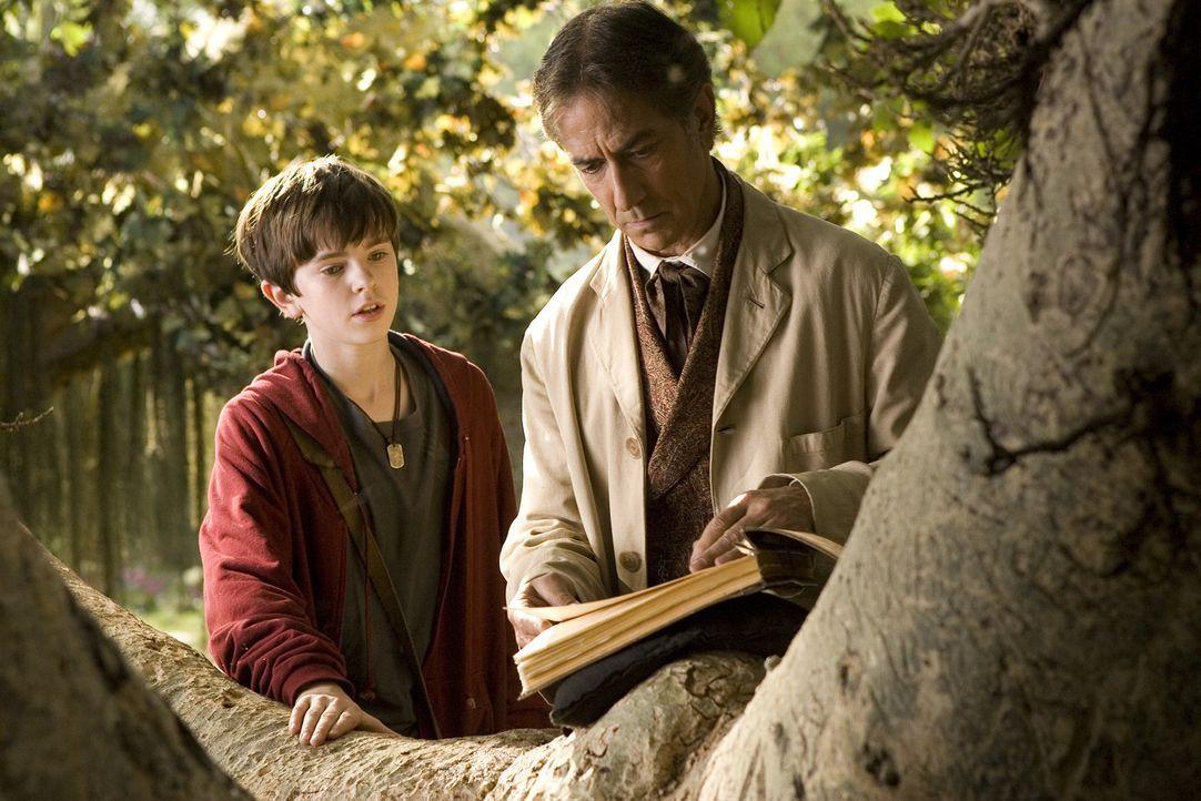 Mit Hilfe eines Greifs gelingt es Jared (Freddie Highmore, l.) in die Welt der Elfen zu fliegen, wo er seinen Großonkel Arthur Spiderwick (David St... - Bildquelle: Paramount Pictures