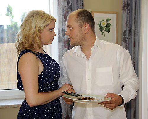 Während Jenny langsam von ihrer Trauer eingeholt wird, kommen sich Miriam und Piet endlich wieder näher ... - Bildquelle: Christoph Assmann - Sat1