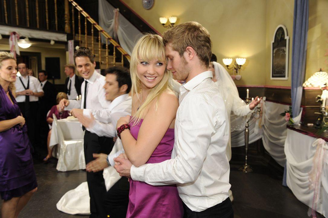 Auf der Hochzeitsfeier von Anna und Jonas kommen sich Lily (Jil Funke, vorne l.) und Jojo (Bernhard Bozian, r.) beim Tanzen näher ... - Bildquelle: Sat 1