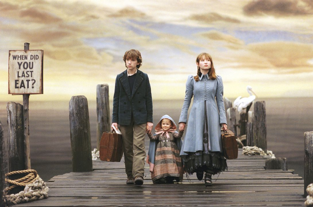 Als ihre steinreichen Eltern bei einem Brand ums Leben, müssen Violet (Emily Browning, r.), Klaus (Liam Aiken, l.) und die kleine Sunny (Kara/Shelb... - Bildquelle: Copyright   2004 by  DREAMWORKS LLC  and PARAMOUNT PICTURES CORPORATION.  All Rights Reserved.